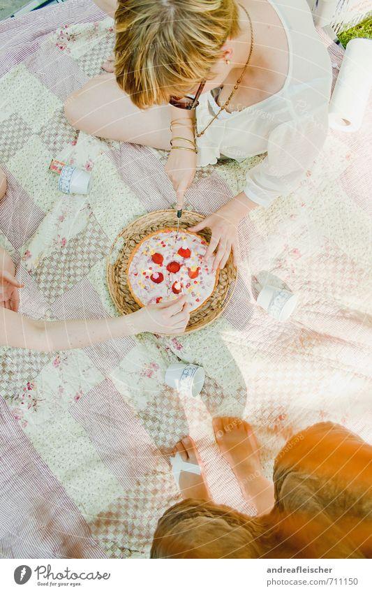 Birthday-Picknick Freude Glück feminin Junge Frau Jugendliche 3 Mensch 18-30 Jahre Erwachsene Accessoire Sonnenbrille blond rothaarig kurzhaarig Lebensfreude