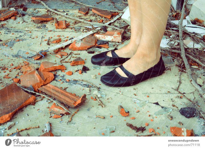 verscherbelt schwarz Schuhe dreckig stehen kaputt Müll Dame Backstein chaotisch durcheinander Zerstörung Scherbe Dachziegel Bauschutt Ballerina auf Schusters Rappen