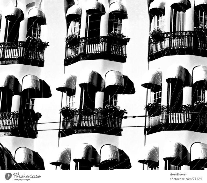 Balkone weiß schwarz Fenster Beton trist Hotel Stockholm