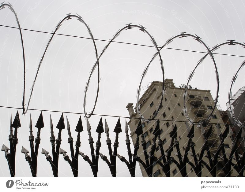security Himmel São Paulo Sicherheit spike wire building grey sky protection