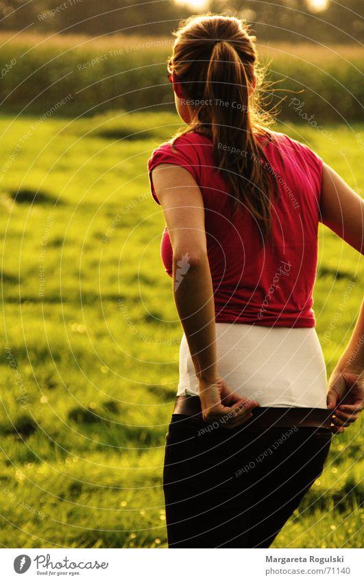 der Sonne entgegen Frau Sommer Herbst Wärme Feld Rücken