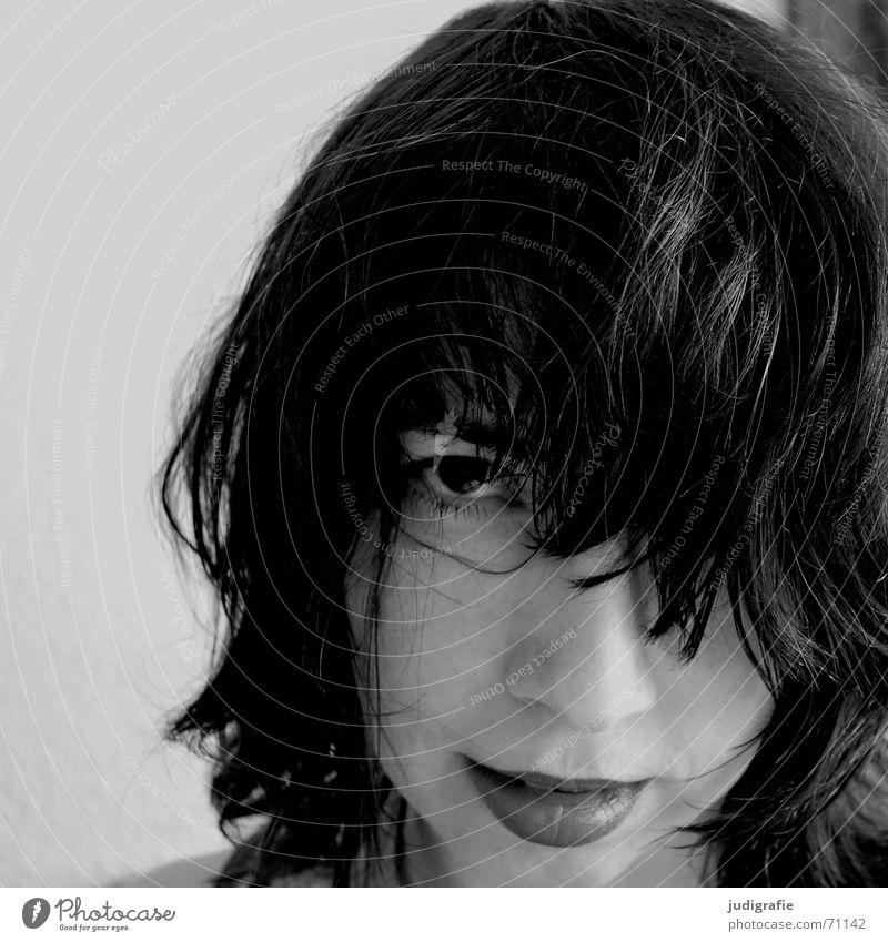 Portrait II Haarsträhne Raufasertapete Porträt Frau direkt schwarz skeptisch Haare & Frisuren Lippen Kinn Wand Mensch Gesicht Blick lachen beobachten Franse