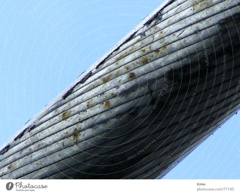 10 Zentimeter Sicherheitsversprechen Farbfoto Außenaufnahme Detailaufnahme Dämmerung Seilbahn Stahl Rost Linie kalt stark grau Windung Licht & Schatten diagonal
