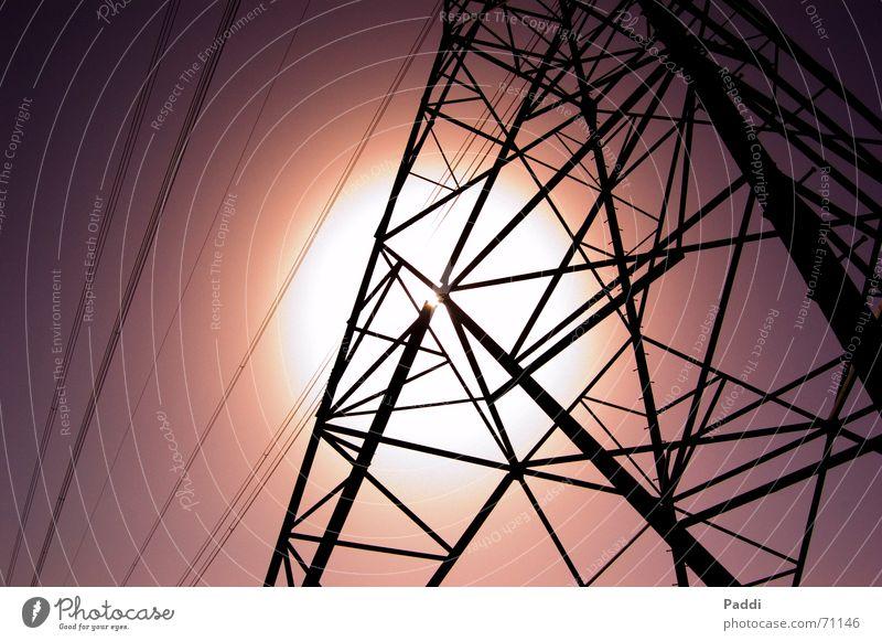 Strommast im Sonnenschein Elektrizität Stahl violett Gegenlicht Kabel Netz Himmel Stahlträger Turm