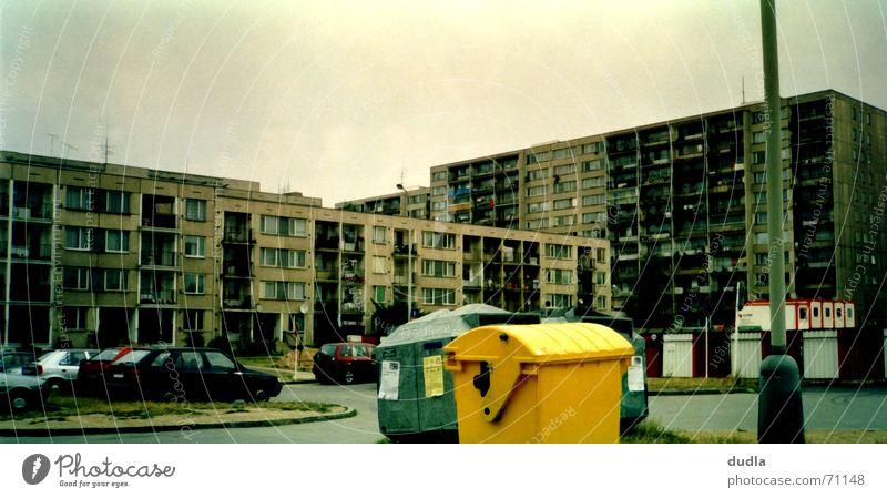 schöner wohnen Stadt Haus gelb PKW Hochhaus Müll Häusliches Leben hässlich Müllbehälter Fass Prag Wohnsiedlung Vorstadt Tschechien