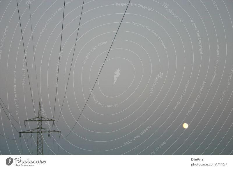 abseits gelb dunkel Linie hell Beleuchtung Energiewirtschaft Elektrizität trist Mond Strommast Leitung filigran