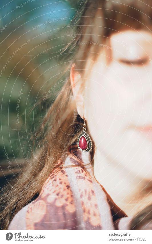 Tanken feminin Junge Frau Jugendliche Gesicht 1 Mensch 18-30 Jahre Erwachsene genießen Wärme Zufriedenheit Ohrringe Außenaufnahme Textfreiraum links