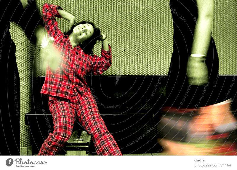 kleinkariert erwacht Frau grün rot träumen Station Fußgänger Schlafanzug