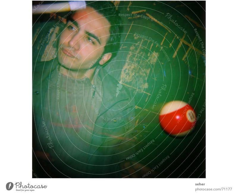 Noch fragen man ... Mann grün Freude Gesicht Wand Spielen Kunst Coolness Kultur Billard Queue Billardkugel