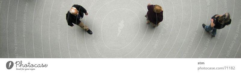 people 07 Mensch Freundschaft Menschengruppe Hemd beobachten gehen laufen stehen warten Zusammensein oben grau Langeweile Grundriss Formation gegeneinander