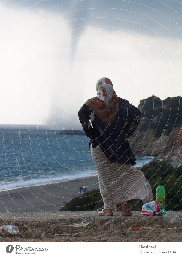 Windhose Frau Meer Strand Wind Unwetter Türkei Tornado
