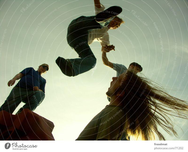 Haarsträubend springen Aktion Gegenlicht Haare & Frisuren Übermut gewagt Mut Risiko gefroren Schuhe erschrecken langhaarig Sommer Dynamik hochgeschaut Himmel