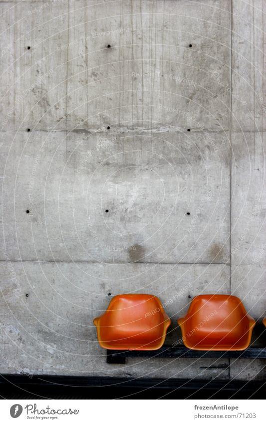 wartegelegenheit kalt grau Gebäude orange Beton modern Bank Stuhl Baustelle Brasilien U-Bahn Bauwerk Bahnhof Sitzgelegenheit Sessel