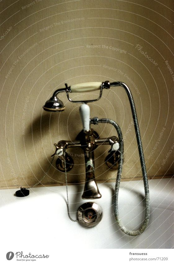 hier baden feiningers Badewanne Duschkopf Dessau Sauberkeit Reinigen Seife amatur alt Bauhaus meisterhäuse Stöpsel Dusche (Installation) Wasser