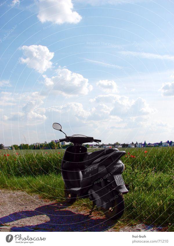 roller auf dem felde Himmel blau grün Wolken Landschaft Feld sitzen groß Geschwindigkeit fahren Ziel Getreide Spiegel Fahrzeug kommen Motorrad