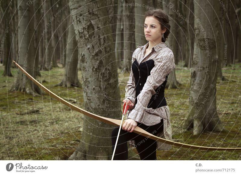 Bogenschützin Bogenschütze feminin Junge Frau Jugendliche 1 Mensch 18-30 Jahre Erwachsene Wald brünett Sportbogen Pfeile beobachten warten sportlich braun grün