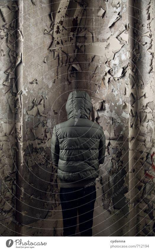 HALLE/S TOUR   Der geheimnisvolle Kaputzenmann Mensch Einsamkeit ruhig Wand Traurigkeit Mauer Angst Raum stehen bedrohlich Vergänglichkeit Pause Schutz