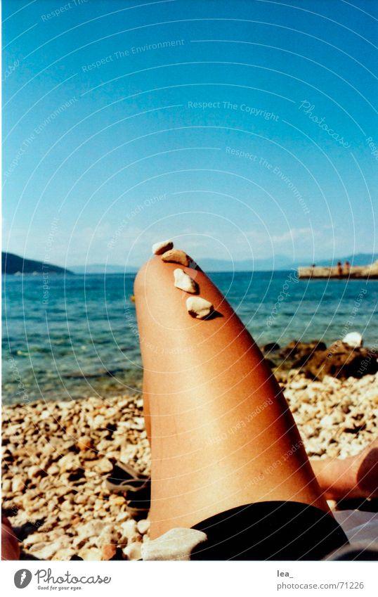 Abgebrochen Wasser Himmel Meer Sommer Strand schwarz Stein Beine Bikini Langeweile Kroatien Crès