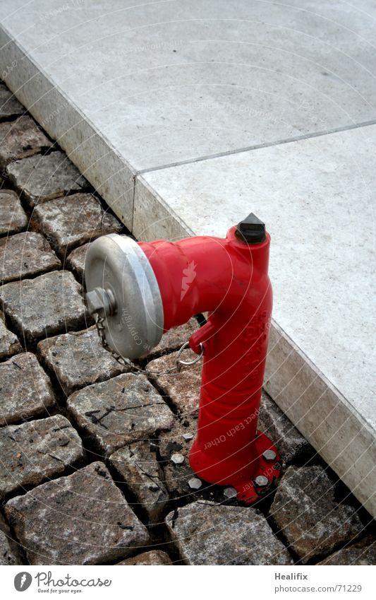 Firefighter! Wasser rot grau Stein Metall Beton Sicherheit Schutz Bürgersteig Kopfsteinpflaster Pflastersteine Bordsteinkante Objektfotografie Brandschutz