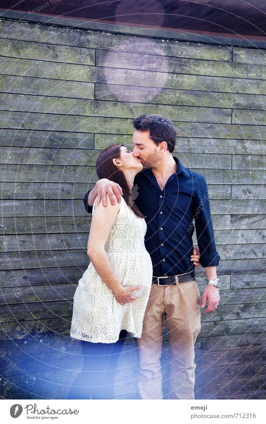 1+1=3 maskulin feminin Junge Frau Jugendliche Junger Mann Paar Partner Erwachsene 2 Mensch 18-30 Jahre Küssen Glück schwanger Liebe Liebespaar Intimität