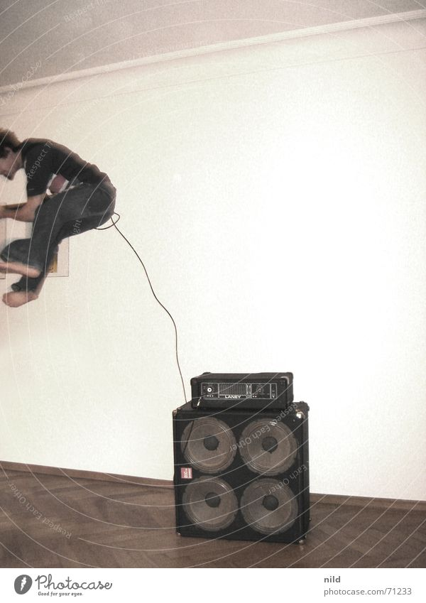 Rock da House Freude Musik springen Bewegung Wohnung verrückt Aktion gefährlich Kabel Rockmusik Gitarre Parkett Barfuß Nachbar Punkrock Auslöser