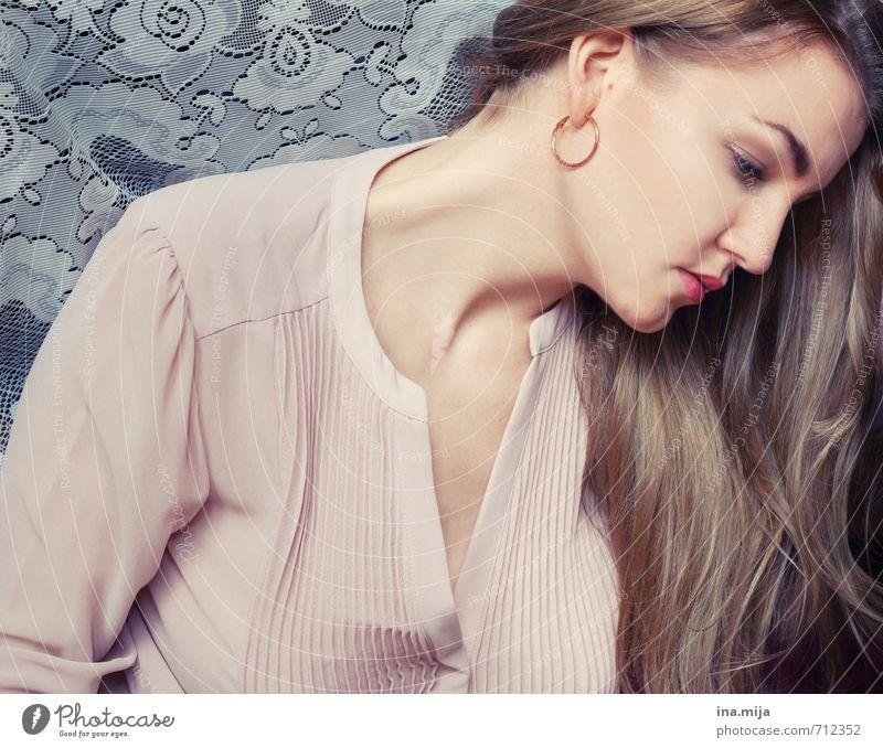 Gedanken schön Haare & Frisuren Haut Mensch feminin Junge Frau Jugendliche Erwachsene 1 18-30 Jahre brünett blond langhaarig träumen Traurigkeit ästhetisch