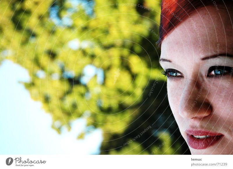 im park Natur grün rot Sommer Park Mund Lippen bleich Sommersprossen