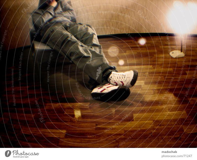 PROBESITZEN | stuhl person mensch typ male parkett zimmer Mensch Mann Einsamkeit Lampe Erholung Raum warten sitzen Student trashig Typ Kopfhörer kommen
