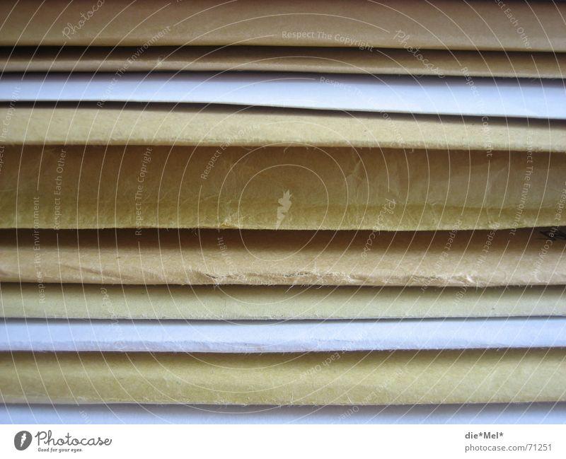 Poststapel Unterlage Papier Briefumschlag beige weiß aufeinander Ablage unterlagen Aktenordner Schriftstück
