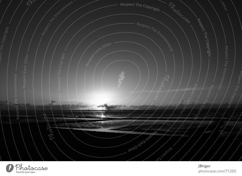 Nachtlicht Strand Sonnenuntergang Wolken Licht Abend Außenaufnahme Ebbe Schwarzweißfoto Nordsee Ferne Sand reflektion
