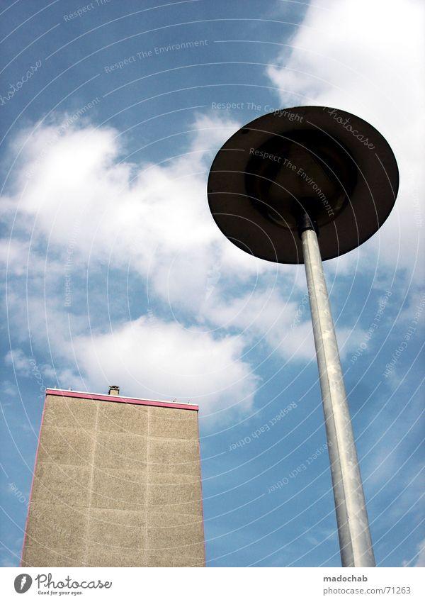 FROM THE DISTANCE | laterne ufo hochhaus building gebäude Himmel weiß blau Stadt Wolken Straße Lampe grau Gebäude rosa Hochhaus UFO