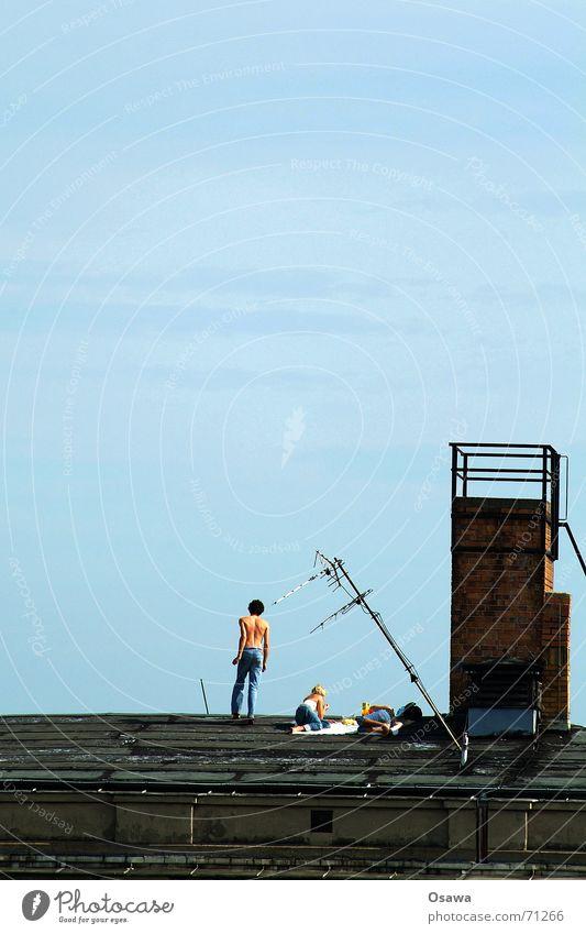 Sommer in Berlin Erholung Mann Frau 3 Dach Antenne himmelblau Friedrichshain zwei mädchen ein mann Schornstein Himmel