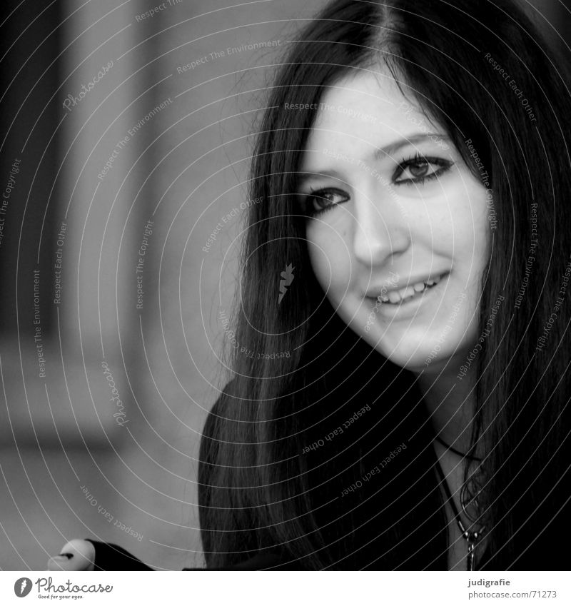 Zuhören Porträt Frau Freundlichkeit Wachsamkeit Jugendliche Schmuck Schwarzweißfoto Mensch Gesicht lachen Haare & Frisuren Auge Mund Nase Kopf Blick sechzehn