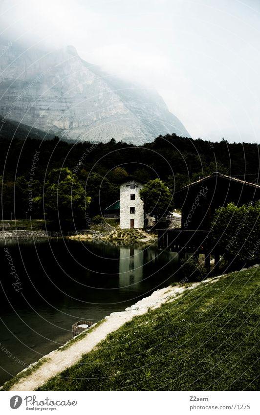 Italian lake Italien Wiese Gras Haus Nebel Gardasee seee Wasser water Berge u. Gebirge hill Idylle Küste