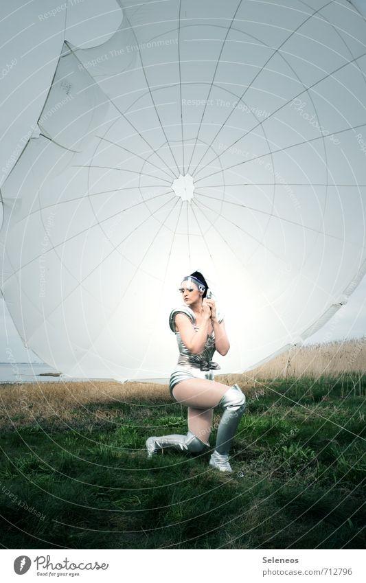Einzelkämpferin Ausflug Abenteuer Freiheit Mensch feminin Frau Erwachsene 1 18-30 Jahre Jugendliche Umwelt Natur Gras Feld Küste Luftverkehr kämpfen verrückt