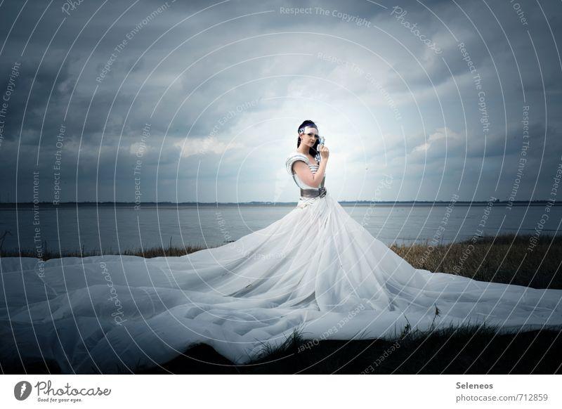 the dress Mensch Frau Himmel Natur Wasser Landschaft Wolken Strand Umwelt Erwachsene Küste feminin Gras Horizont groß Kleid