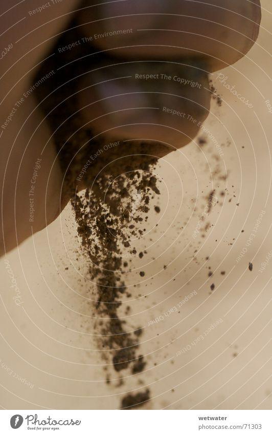 Sand in Hand dunkel Spielen braun dreckig Wind Zeit Finger Staub Sepia Pastellton rieseln Feinstaub