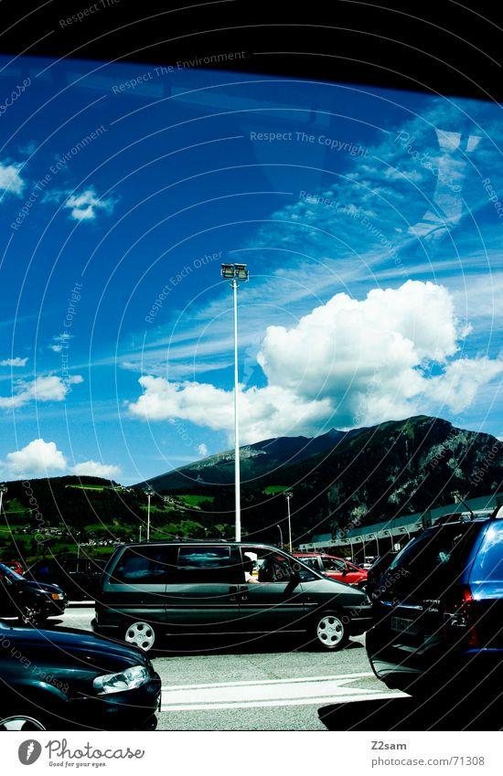 waiting stehen Wolken Verkehr 3 warten Himmel blau Scheinwerfer Straße clouds PKW car cars Warteschlange