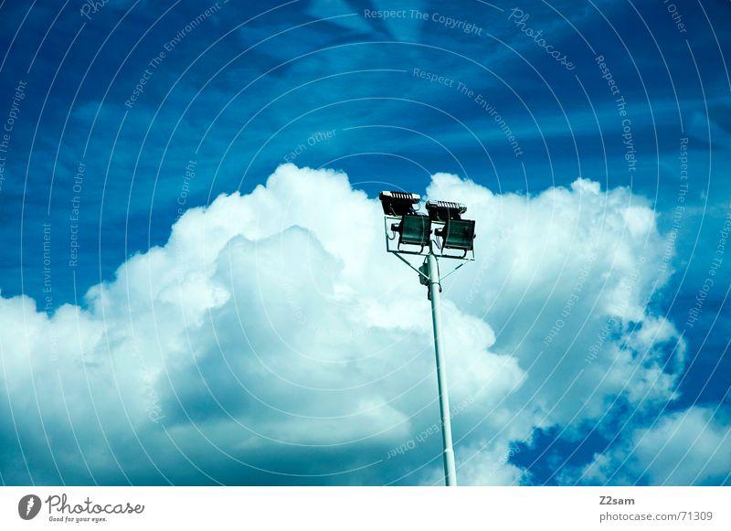 light in the sky Himmel himmelblau Wolken Flutlicht Licht clouds blue Strommast