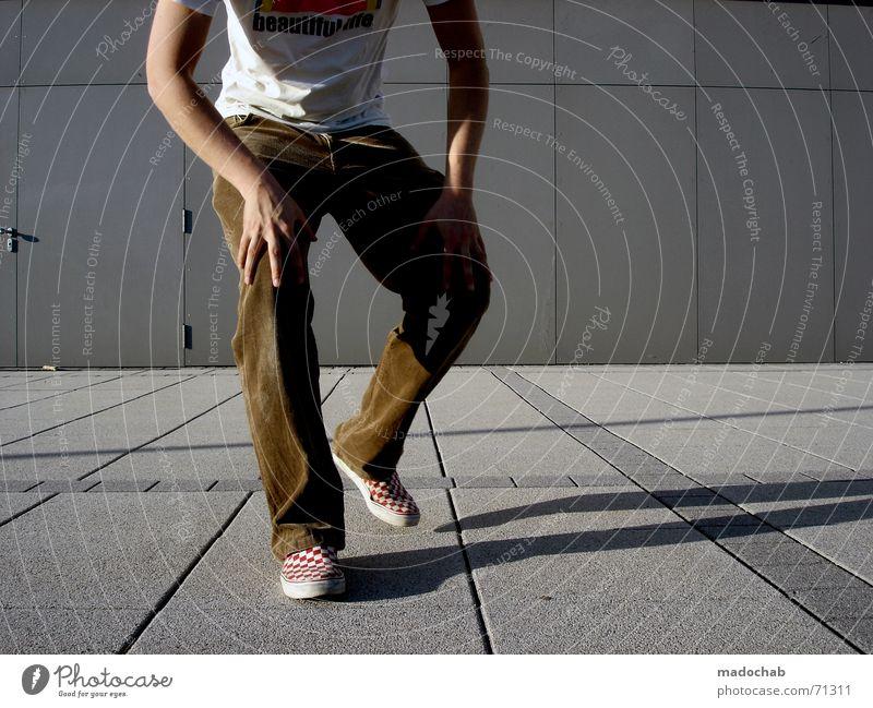 COMING CLOSER AND CLOSER Mann vorwärts schrittweise Lifestyle schreiten nähern nah kommen frontal Mensch Jugendliche Typ Schatten Linie Bildausschnitt Anschnitt