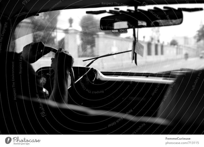 Havana. (III) Verkehr Verkehrsmittel Verkehrswege Personenverkehr Straßenverkehr Autofahren Wege & Pfade Fahrzeug PKW Oldtimer Bewegung Chevrolet Taxi
