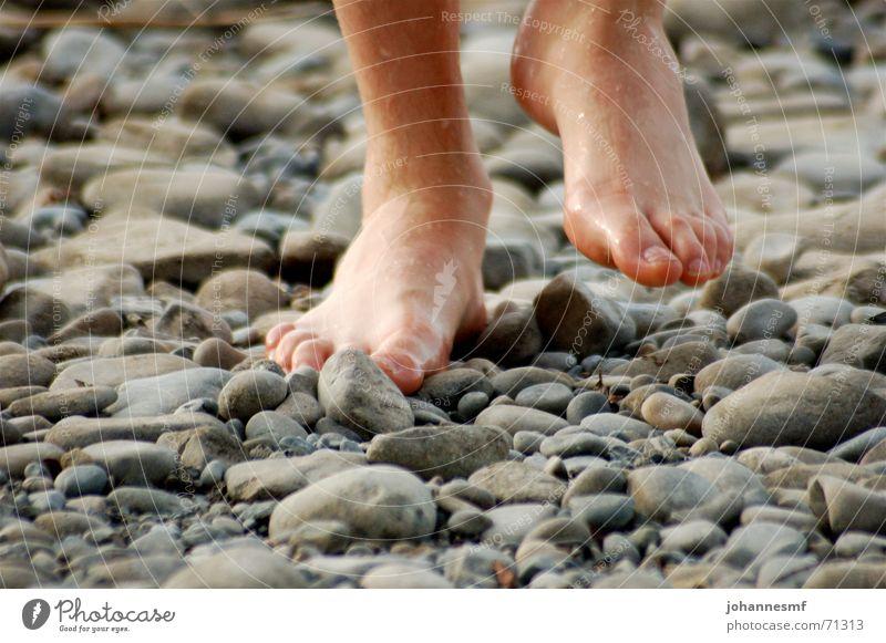 Tritt auf Stein Mann Bewegung Fuß See gehen nass rund Spitze Zehen Barfuß schreiten Mineralien Bodensee