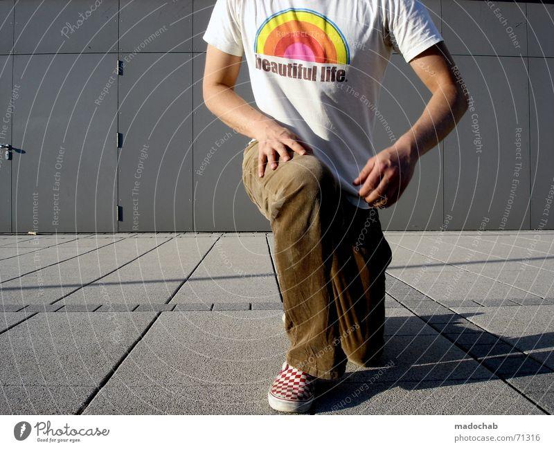 BEAUTIFUL LIFE | male typ person mensch kniend entschuldigung Mann Mensch Linie Lifestyle T-Shirt Hose Typ Anschnitt Bildausschnitt knien Freizeitbekleidung