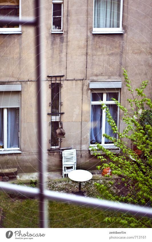 Fenster Sonne Haus Berlin Garten Fassade dreckig Häusliches Leben Aussicht Wohnhaus Stadtzentrum durchsichtig Terrasse Fensterscheibe Hinterhof trüb