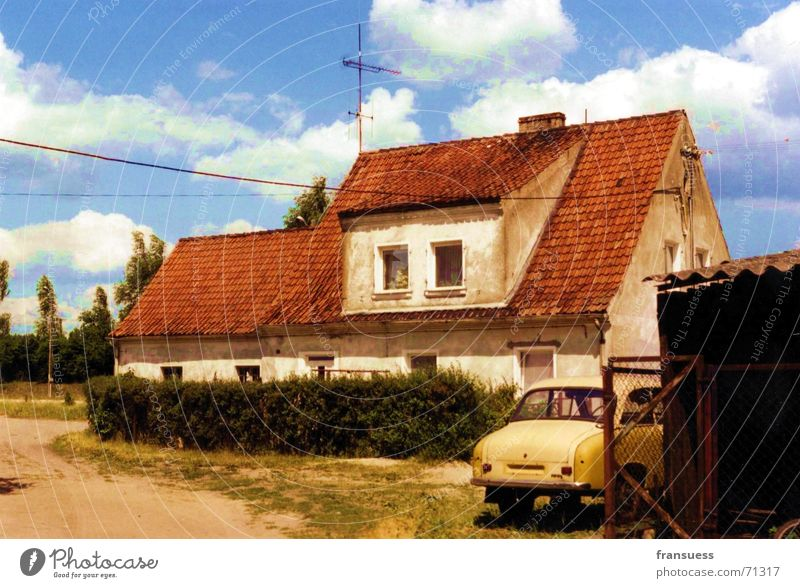 gelbes auto Himmel blau Haus Wolken gelb PKW Bauernhof Bahnhof Polen