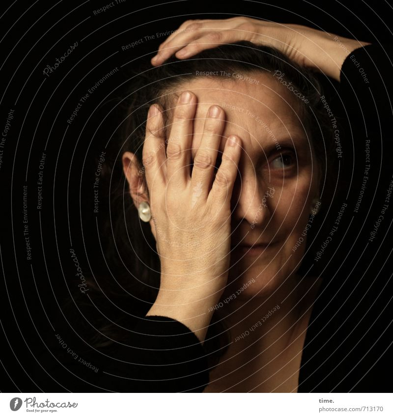 . Mensch feminin Kopf Gesicht Hand Finger Stirn beobachten Blick schön Sorge Müdigkeit Schmerz Enttäuschung Scham Reue Hemmung Stress Verzweiflung verstört