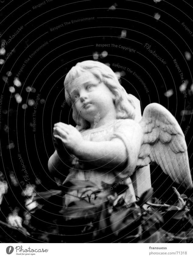 abschied niedlich Friedhof Grab Kind Oberammergau Efeu Trauer Beerdigung Engel Schwarzweißfoto Traurigkeit