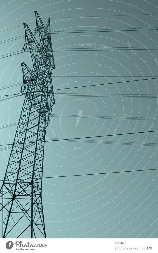 Hoch hinaus Strommast 100000 groß Stahl Konstruktion Kabel Leitung Netz Elektrizität blau Himmel Klarheit hoch oben Turm Linie stromversorgung