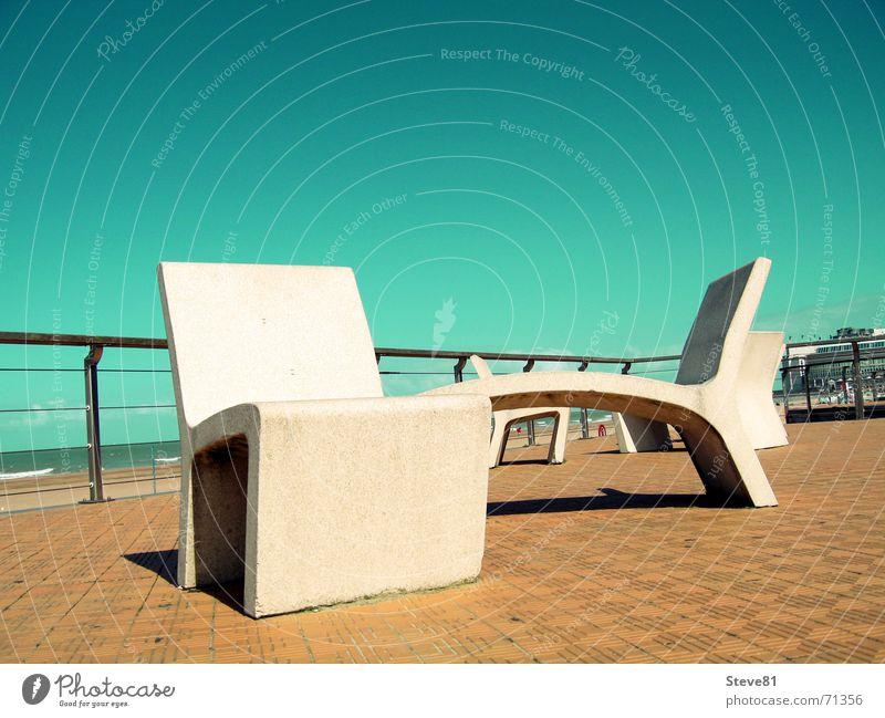 Stühle aus Stein 1 Himmel grün blau Strand Ferien & Urlaub & Reisen Erholung Stil Stein Sand Stuhl Bodenbelag Stillleben Geländer Promenade Belgien Oostende