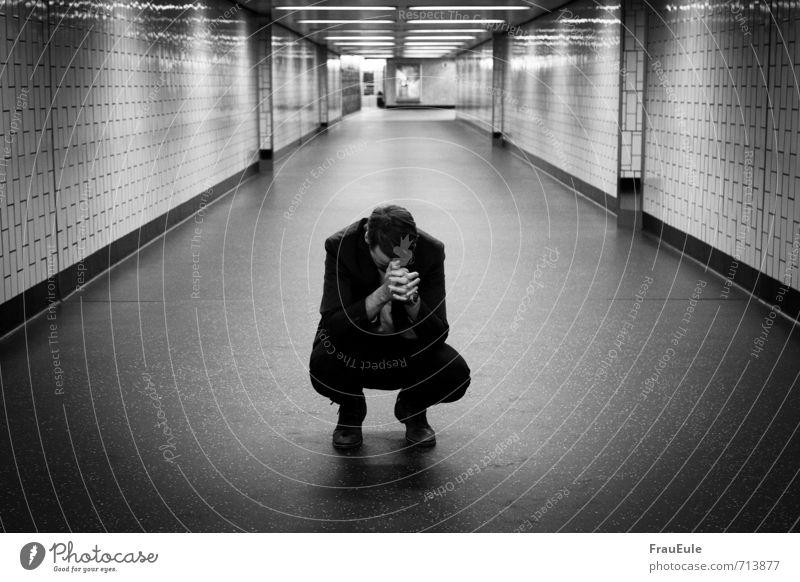 Leistungsdruck maskulin Junger Mann Jugendliche 1 Mensch 18-30 Jahre Erwachsene Anzug brünett kurzhaarig hocken Business U-Bahntunnel Tunnel Gang